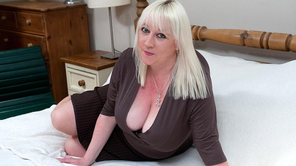 blonde oma met grote boezem is geil en opgewonden