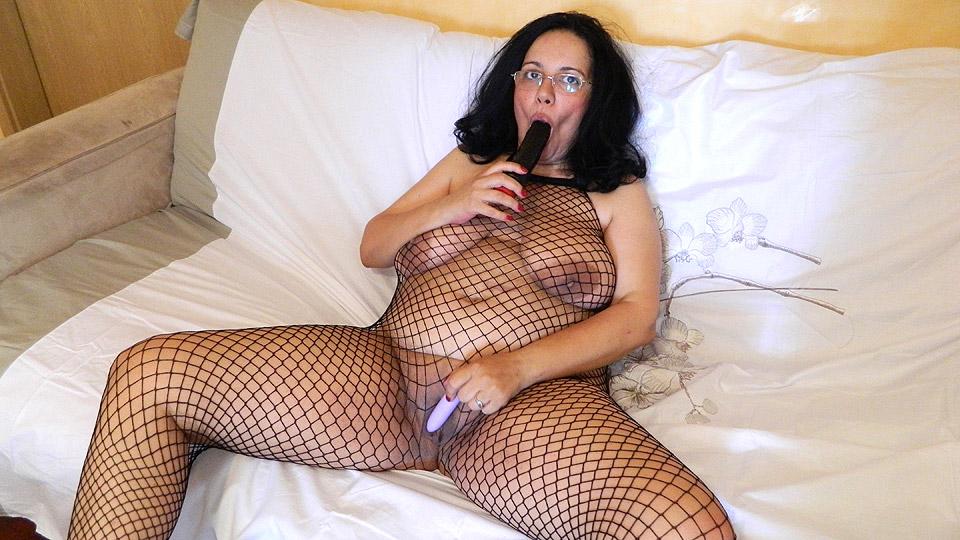 wild Rijpe vrouw verwent haar eigen kutje met een vibrator