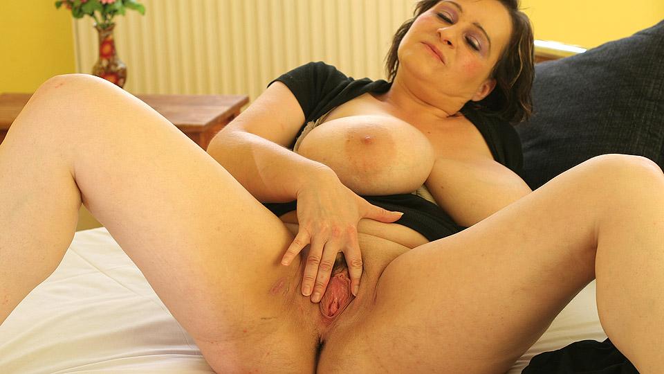 Mollige huismoeder speelt met neukvlees